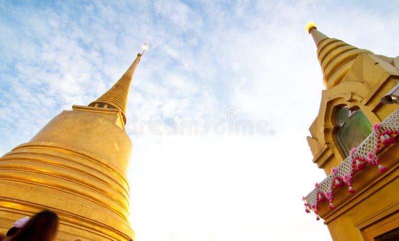 Dagscène van gouden chedi royalty-vrije stock afbeeldingen
