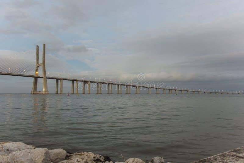 Dagsikt av Vasco da Gama Bridge, Lissabon, Portugal arkivbild