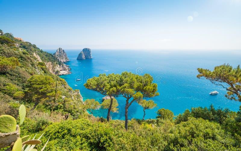 Dagsikten av berömda Faraglioni vaggar från den Capri ön, Italien royaltyfri fotografi