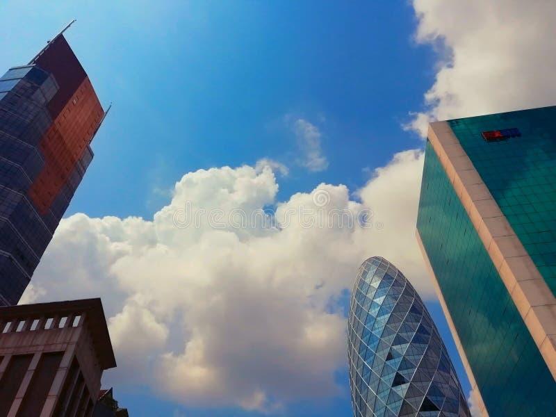 Dagsljus för blå himmel i en storstad royaltyfri fotografi