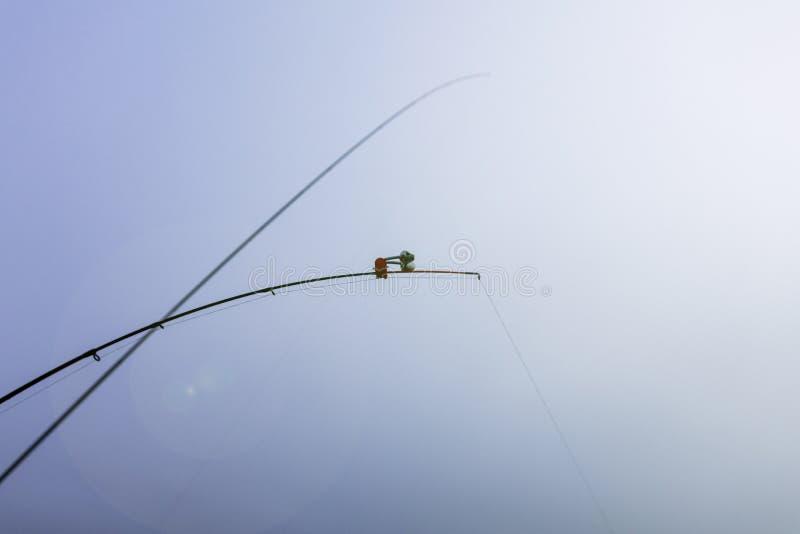 Dagsljus fiske förlagematare som överges i floden klockor i mitten av ramen arkivbilder