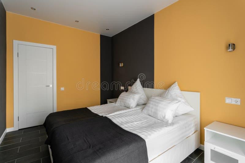 Dagsljusmorgon Standart rum för hotell Modernt sovrum med vita kuddar enkel och stilfull inre royaltyfri fotografi