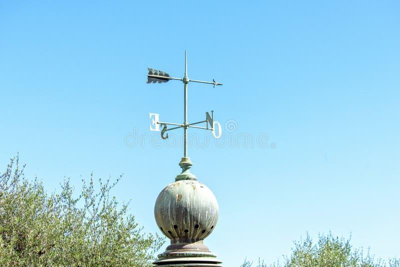 Dagsljussikt till den gamla vindriktningsindikatorn med huvudsaklig poin royaltyfri bild