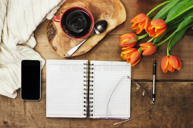 Dagstadsplanerare och kaffe arkivfoto