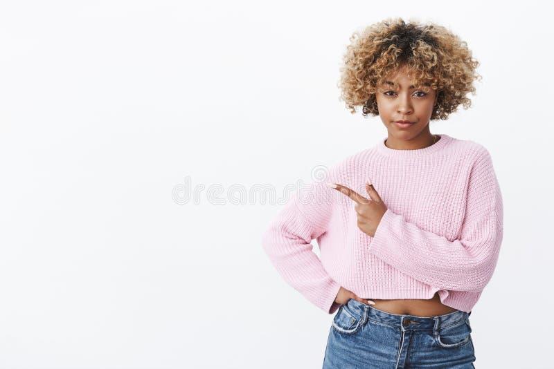 Dah is u die me kidding Portret van zeker en verdacht knap Afrikaans Amerikaans wijfje met blonde afro royalty-vrije stock afbeeldingen
