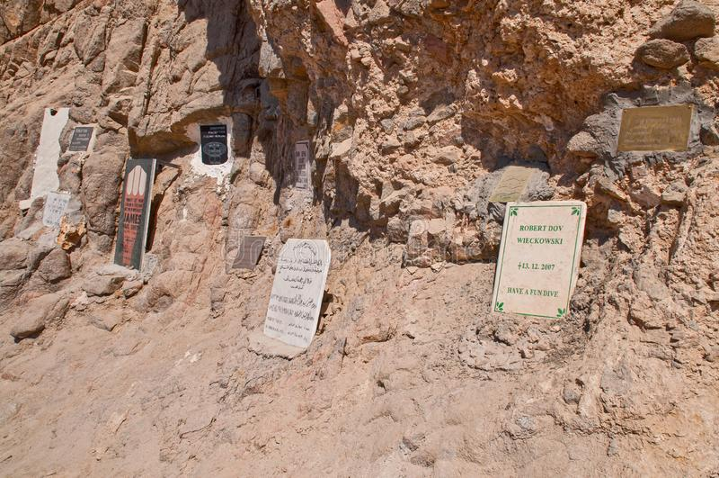Dahab, Ägypten - 29. Oktober 2009 Erinnerungsschreibtische zu den toten Sporttauchern im blauen Loch stockbilder