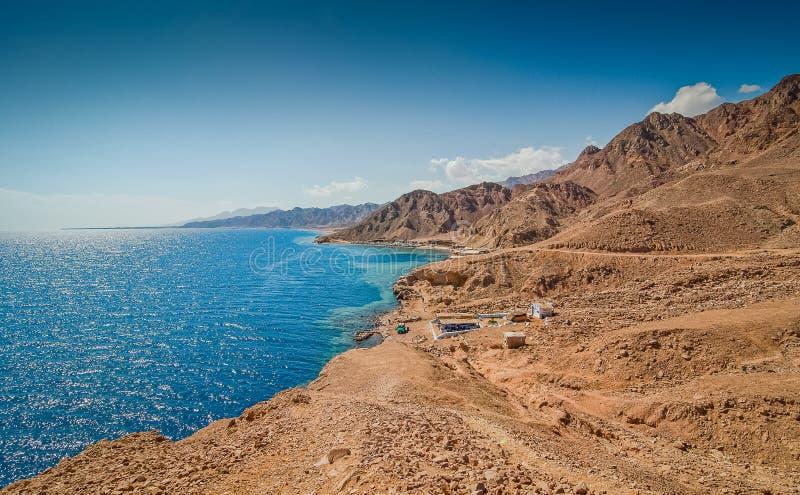 Dahab, Egipto - 29 de octubre de 2009 Agujero azul de la ubicación que se zambulle en Sinaí imagen de archivo