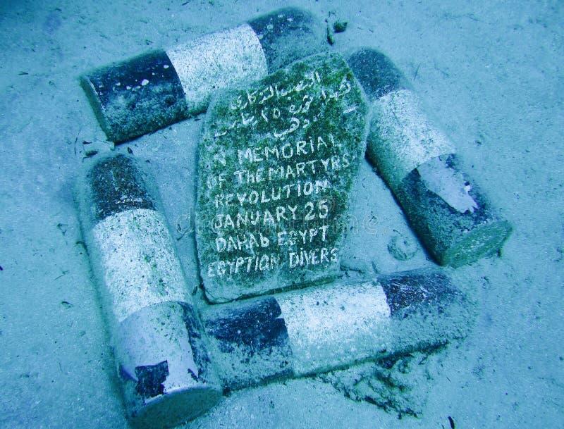 Dahab, Egypte - November 2, 2011 Onderwatergedenkteken van martelarenrevolutie door scuba-duikers royalty-vrije stock fotografie