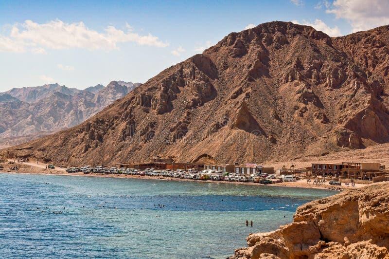 Dahab Egypten - Oktober 29, 2009 Dyka lägeblåtthålet i Sinai royaltyfri bild