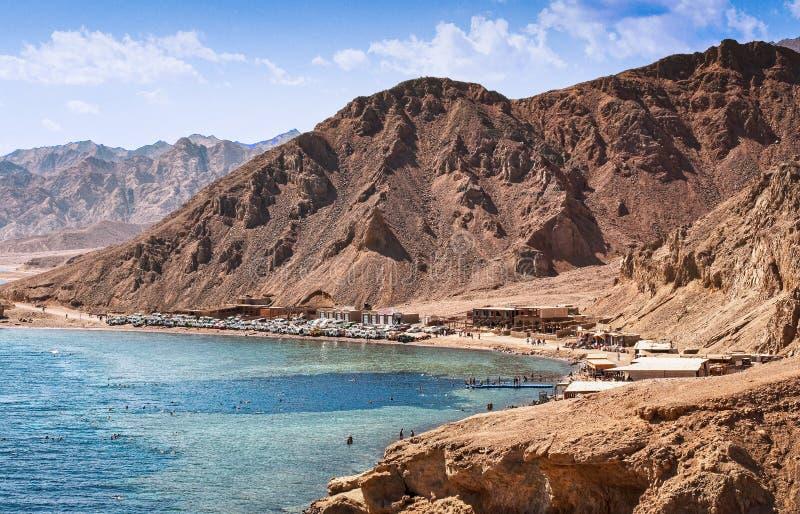 Dahab Egypten - Oktober 29, 2009 Dyka lägeblåtthålet i Sinai arkivfoton