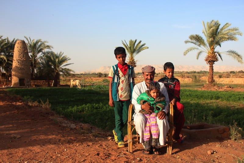 Dahla-Oase, Ägypten - 2. April von 2015: Eine beduinische Familie, die vor der Kamera mit ihrem eigenen Land rückwärts aufwirft lizenzfreie stockbilder