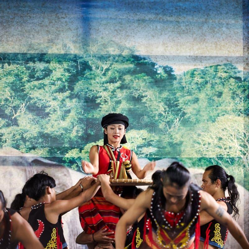 Dai folkfolk som utför på etapp fotografering för bildbyråer