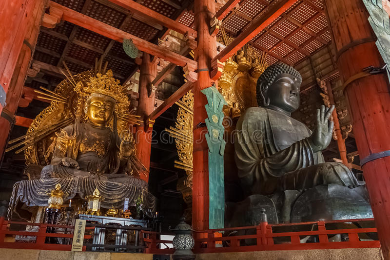 Daibutsu zusammen mit Kokuzo Bosatsu an Todaiji-Tempel in Nara lizenzfreie stockbilder