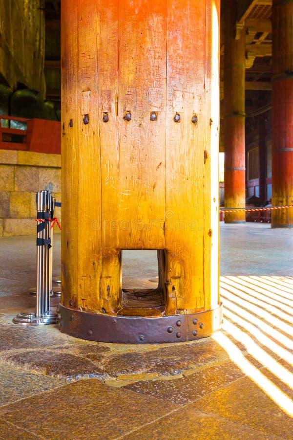 Daibutsuden binnen het Nirvana Todai -todai-ji van het Pijlergat stock foto