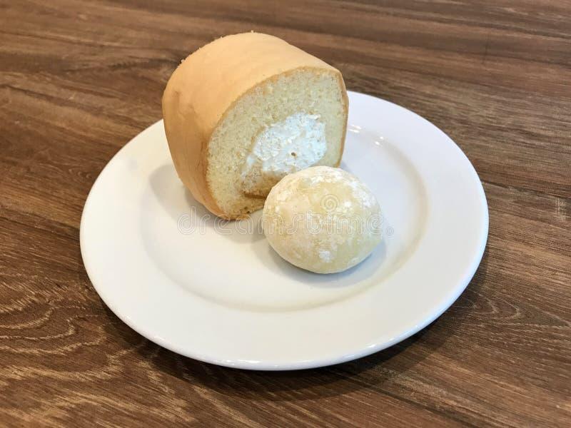 Daifuku et crème roulent dans la boulangerie et le café photos stock