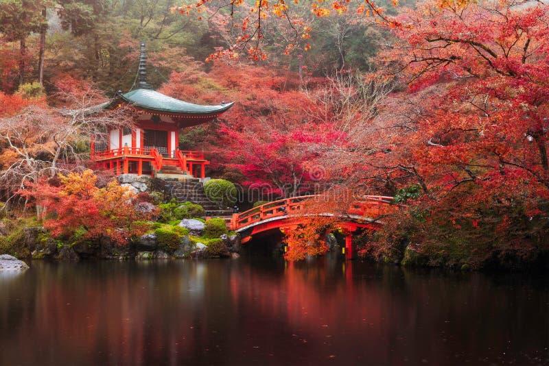Daigo-ji tempel i höst arkivbild