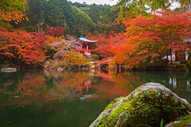 Daigo-jitempel mit bunten Ahornbäumen lizenzfreie stockfotos