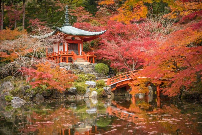 Daigoji tempel i lönnträd, momijisäsong, Kyoto, Japan royaltyfri fotografi