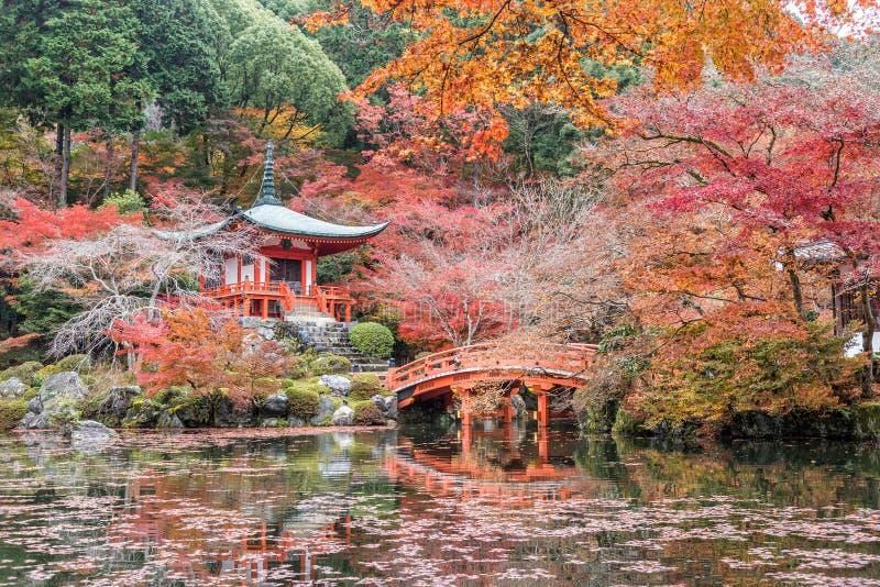 Daigoji tempel med träd för röd lönn i höstsäsong, Kyoto, Japan royaltyfri bild