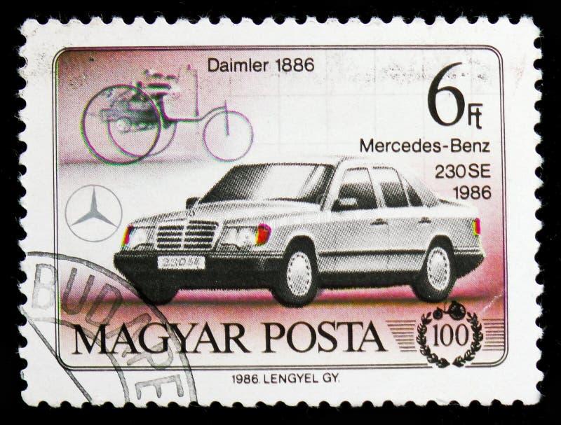 Daimler 1886 и Мерседес-Benz 230SE, столетие serie автомобилей, около 1986 стоковая фотография