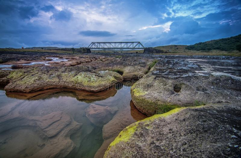 Dainthlen Bridge, schöne Brücke über den Fluss, Meghalaya, Indien stockfotos