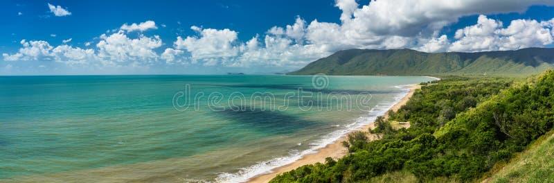 Daintree uddebedrövelse - solig strand på australisk kust i Q arkivfoton