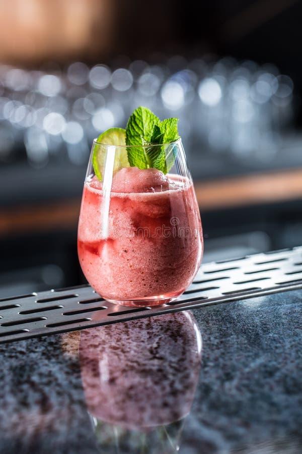 Daiquiri för jordgubbe för coctaildrink djupfryst på barcounter i nattklubb eller restaurang fotografering för bildbyråer