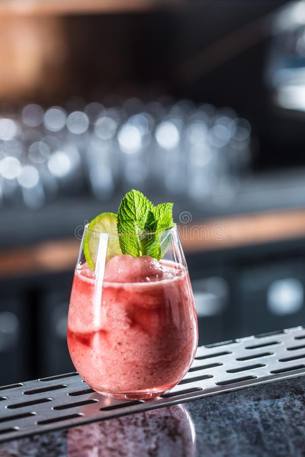 Daiquiri för jordgubbe för coctaildrink djupfryst på barcounter i nattklubb eller restaurang arkivbilder