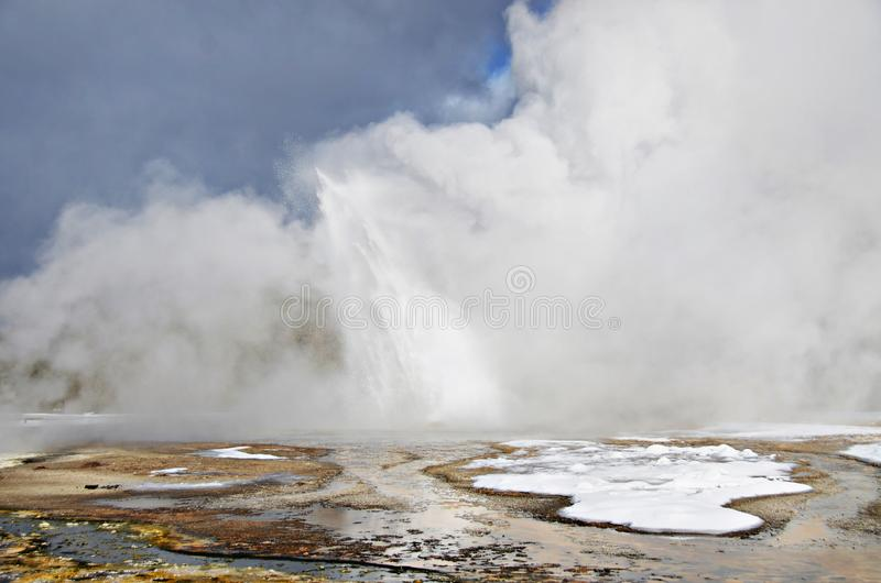 Daisy Geyser que entra en erupci?n en el invierno fotos de archivo