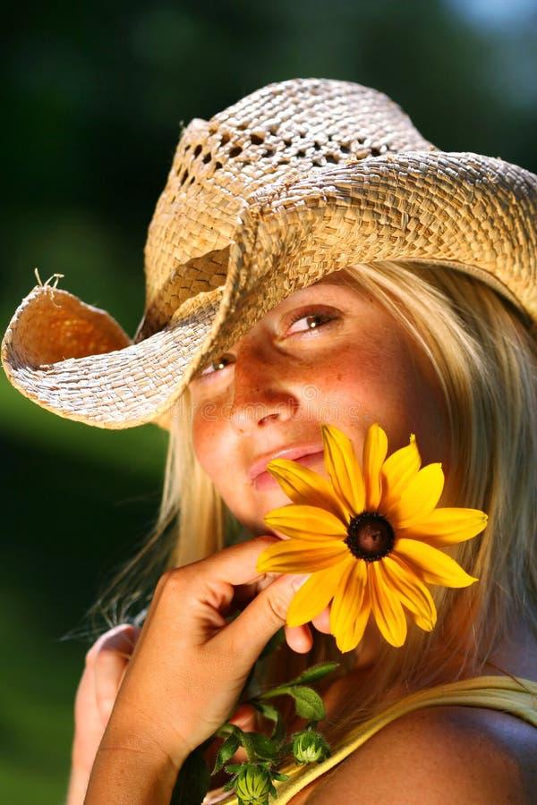 daisy gospodarstwa młode kobiety zdjęcia royalty free