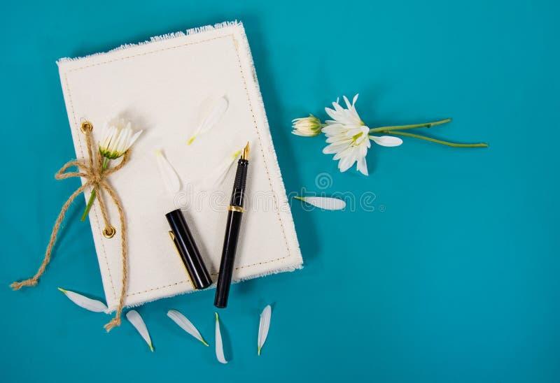 Daisy op dagboek met pen stock afbeeldingen