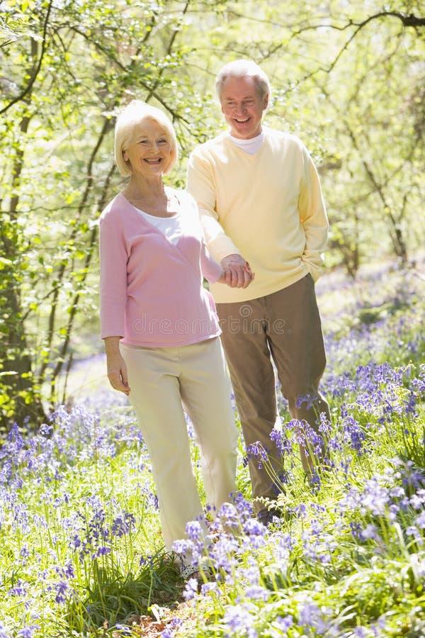 daj potrzymać parę na zewnątrz uśmiechać się zdjęcie stock