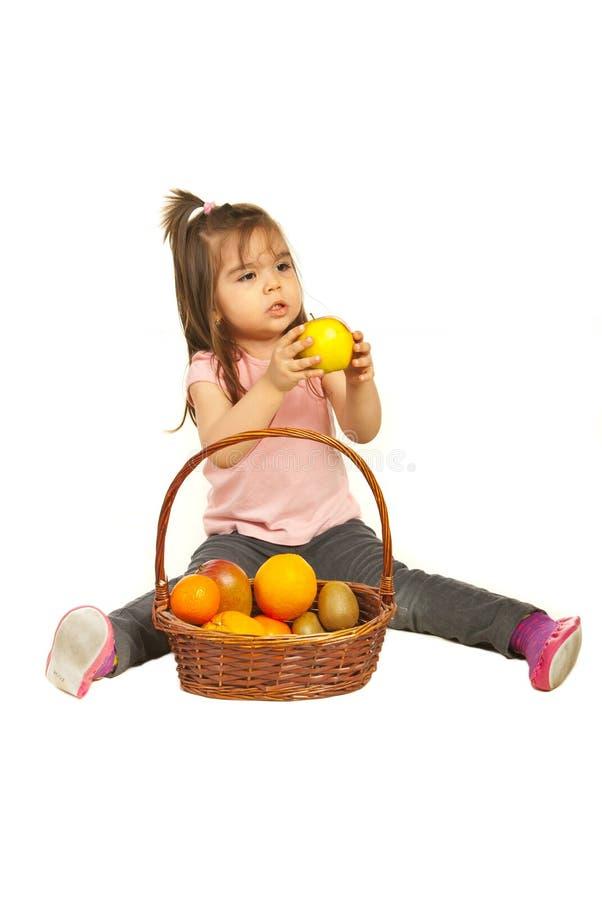 daje berbecia jabłczana koszykowa dziewczyna zdjęcia stock