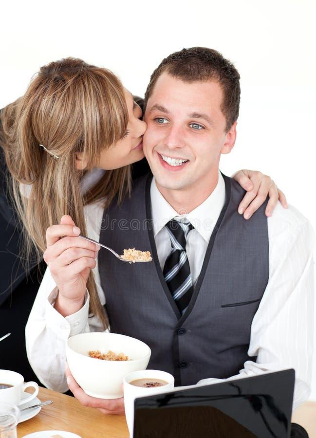 daje jej buziakowi chłopaka blond bizneswoman obraz royalty free