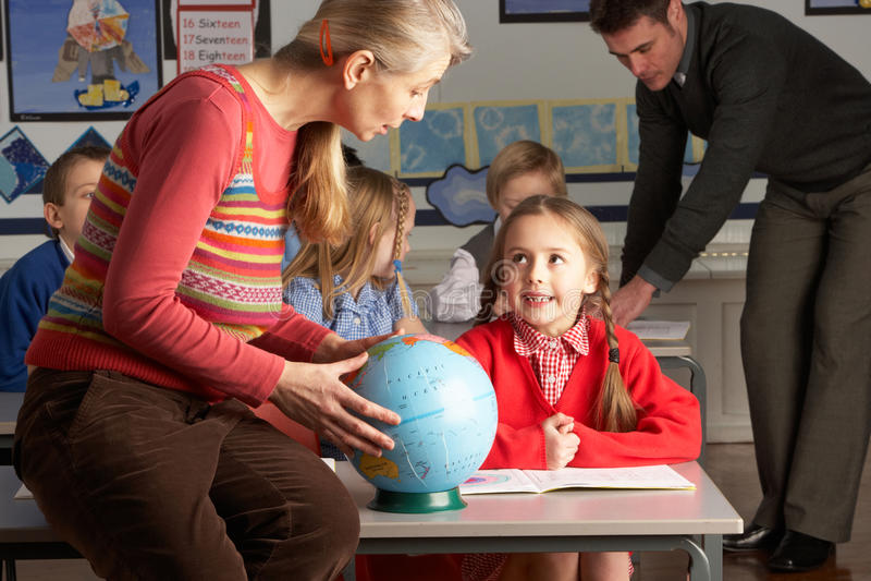 daje lekcyjnych nauczycieli dziecko geografia obraz stock