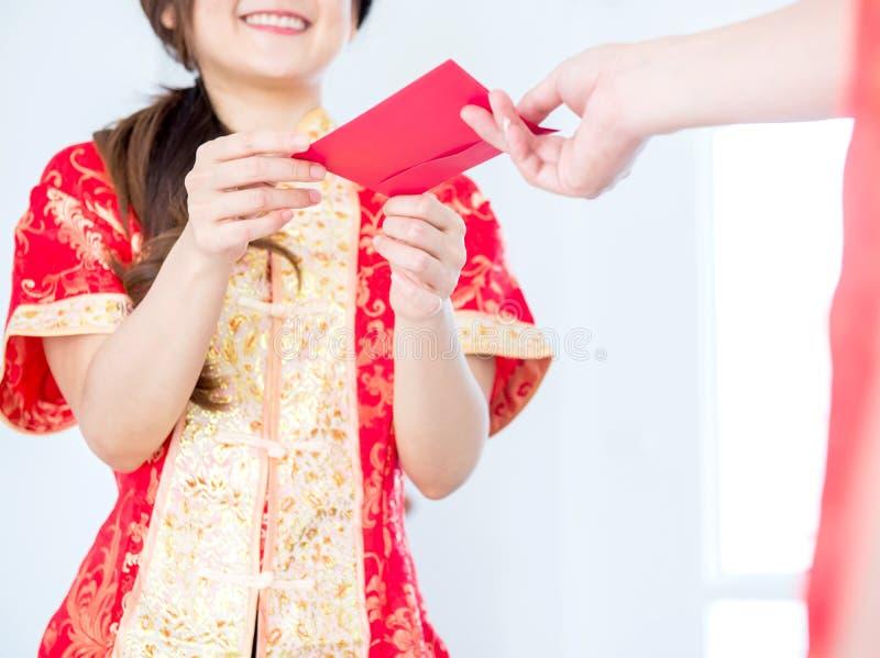 Daje pieniądze dla Chińskiego nowego roku fotografia stock