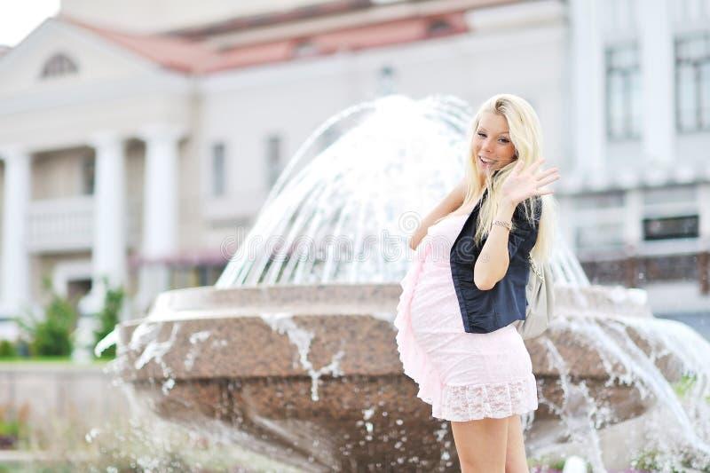 daje target330_0_ ciężarny piękna dziewczyna pięć obrazy royalty free