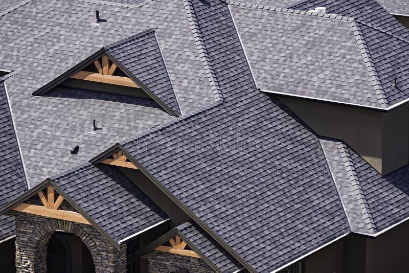 Dak in een onlangs geconstrueerde onderverdeling die in Kelowna Brits Colombia Canada asfaltdakspanen tonen royalty-vrije stock afbeeldingen