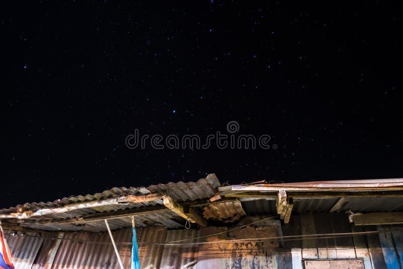 Dak en sterren in de de achtergrond en textuur van de nachthemel royalty-vrije stock fotografie