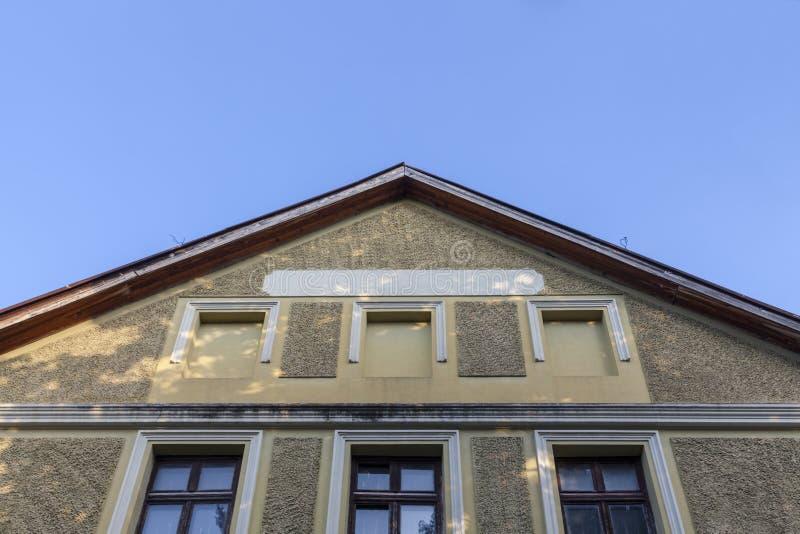 Dak en voorgevel van het oude gebouw royalty-vrije stock afbeeldingen