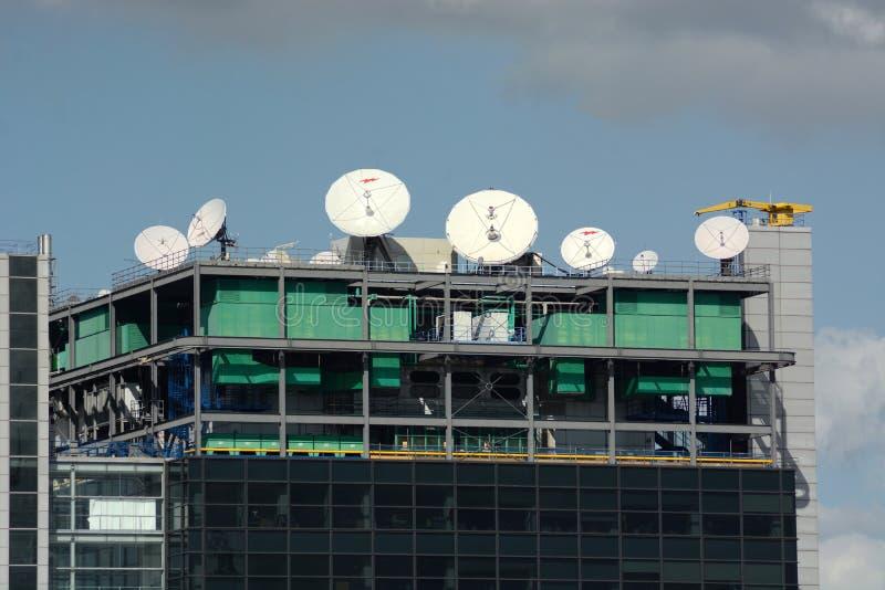 Dak hoogste media satellietschotels stock foto's