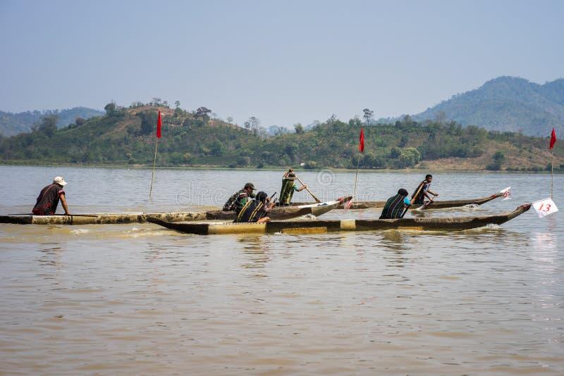 Dak Lak,越南- 2017年3月12日:在Lak湖的传统独木舟赛跑的节日在Dak Lak, Viet中心高地  免版税库存图片