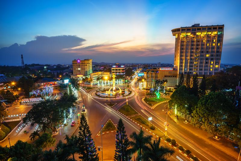 Dak Lak, Vietnam - 12. März 2017: Luftskylineansicht von Buon MA Thuot Buon ich Thuot bis zum Sonnenuntergangzeitraum, die Haupts lizenzfreie stockbilder