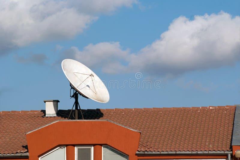 Dak met een satellietschotel royalty-vrije stock foto's