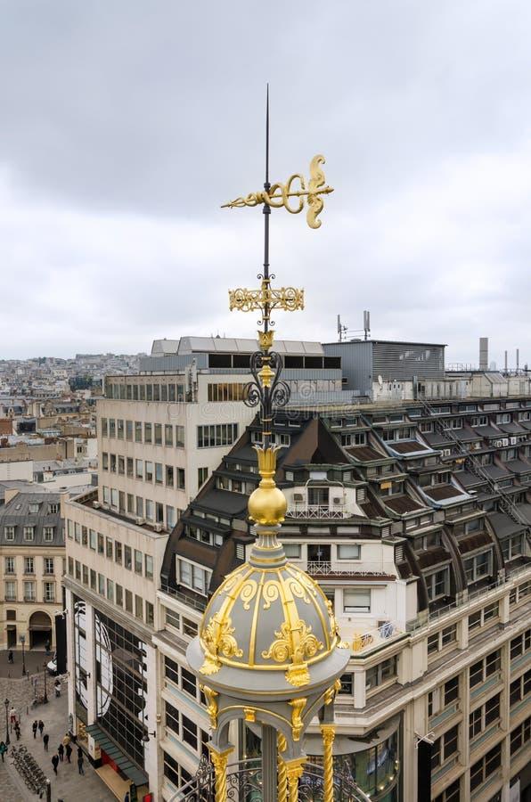 Dak met Parijse horizon in Parijs wordt verfraaid dat royalty-vrije stock foto's