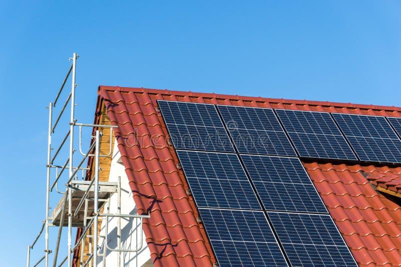 Dak met photovoltaic zonnepaneel - royalty-vrije stock foto's
