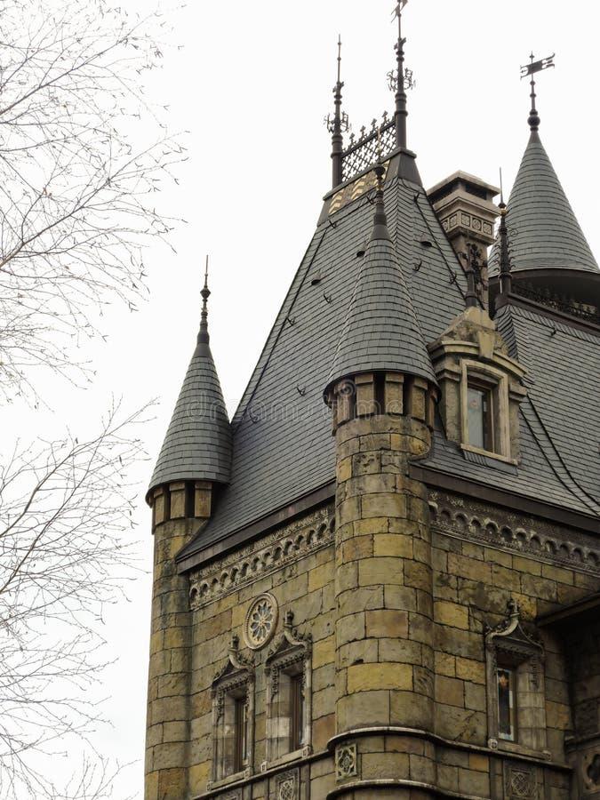 Dak van de toren van een mooi Gotisch kasteel Samaragebied 20 april 2017 stock afbeelding