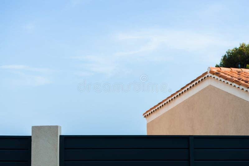 Dak van een geel huis tegen een blauw hemel zijaanzicht als achtergrond royalty-vrije stock fotografie
