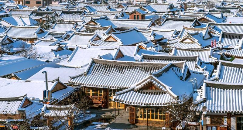 Dak van het traditionele Koreaanse die dorp van Jeonju met sneeuw wordt behandeld stock fotografie