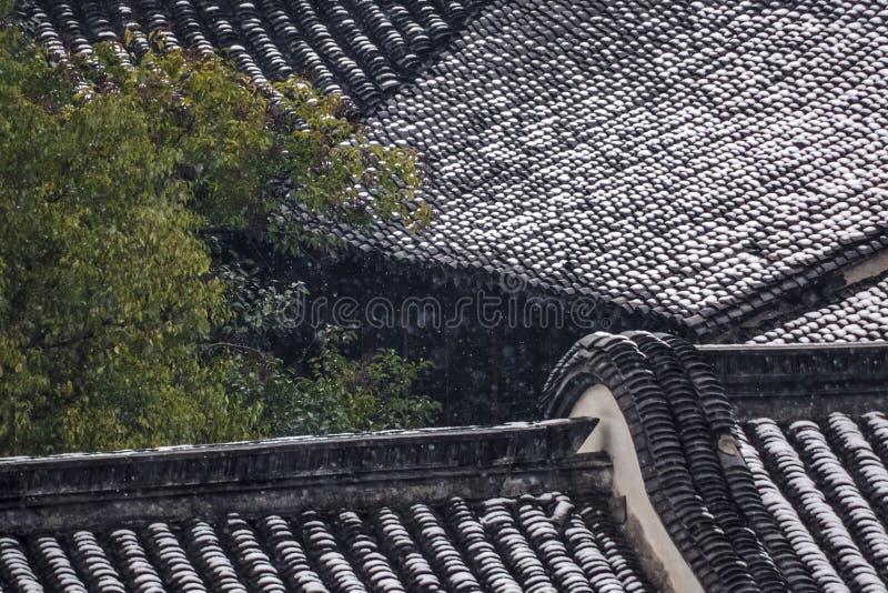 Dak van oud huis na sneeuw stock afbeeldingen